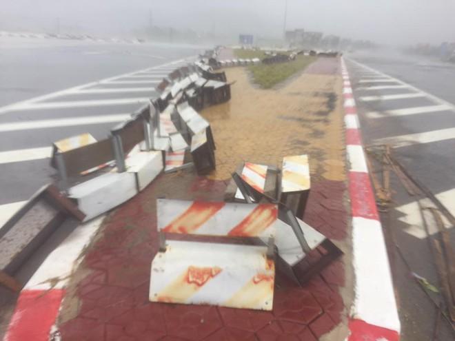 [CẬP NHẬT] Bão số 10 đang hoành hành tại Quảng Trị, gió mạnh lên từng phút - Ảnh 3.