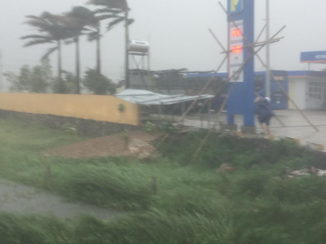 [CẬP NHẬT] Bão số 10 đang hoành hành tại Quảng Trị, gió mạnh lên từng phút - Ảnh 4.