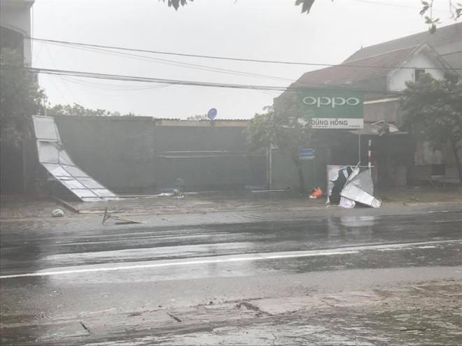 [CẬP NHẬT] Bão số 10 đang hoành hành tại Quảng Trị, gió mạnh lên từng phút - Ảnh 5.