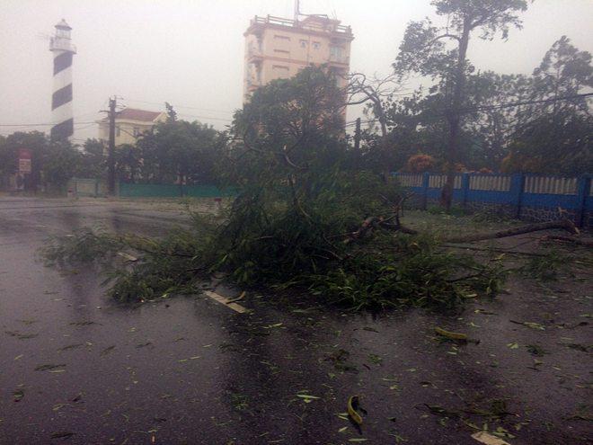 Gió giật cấp 10 tại Quảng Trị, Nghệ An sóng cao 7m, nhiều hàng quán ven biển bị cuốn bay - Ảnh 1.