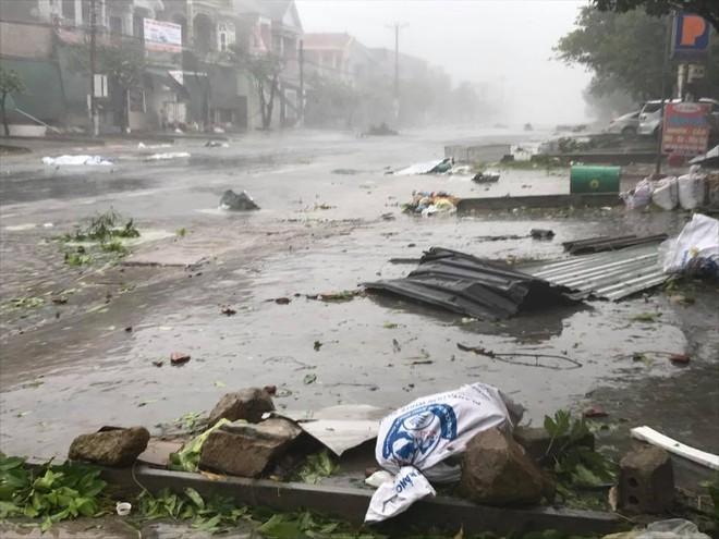 Nước tràn qua bờ đê, Nghệ An kêu gọi người dân sơ tán khẩn cấp, gió đổi chiều, Hà Tĩnh tan hoang trong bão - Ảnh 3.