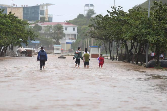 Nước tràn qua bờ đê, Nghệ An kêu gọi người dân sơ tán khẩn cấp, gió đổi chiều, Hà Tĩnh tan hoang trong bão - Ảnh 1.