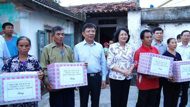 Phó Chủ tịch Nước thăm và trao quà cho người dân Quảng Bình - Ảnh 2.