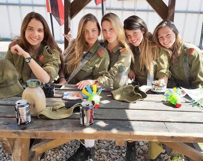 Ảnh: Vẻ đẹp nóng bỏng của nữ quân nhân Israel - Ảnh 1.