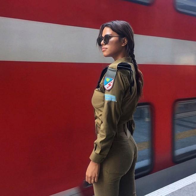 Ảnh: Vẻ đẹp nóng bỏng của nữ quân nhân Israel - Ảnh 4.