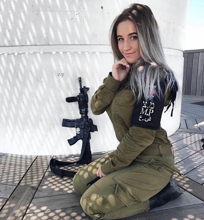Ảnh: Vẻ đẹp nóng bỏng của nữ quân nhân Israel - Ảnh 5.