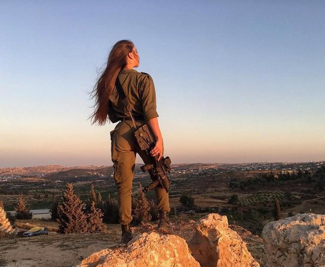 Ảnh: Vẻ đẹp nóng bỏng của nữ quân nhân Israel - Ảnh 6.