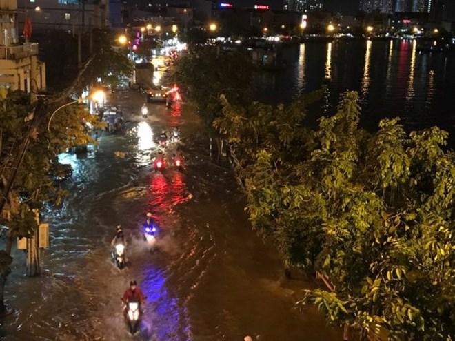 Triều cường vượt báo động, nhiều đường Sài Gòn ngập kinh hoàng - Ảnh 1.