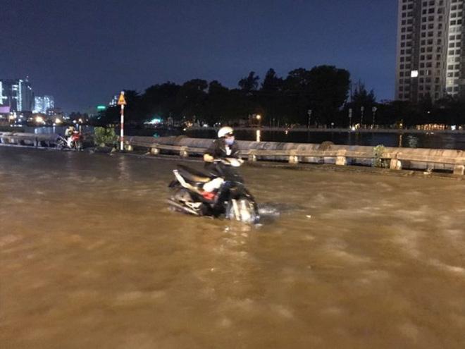 Triều cường vượt báo động, nhiều đường Sài Gòn ngập kinh hoàng - Ảnh 2.