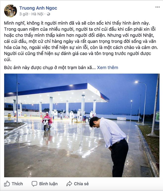 Dân mạng Việt nói gì về bức ảnh ông chủ người Nhật đội mưa cúi đầu chào khách? - Ảnh 2.