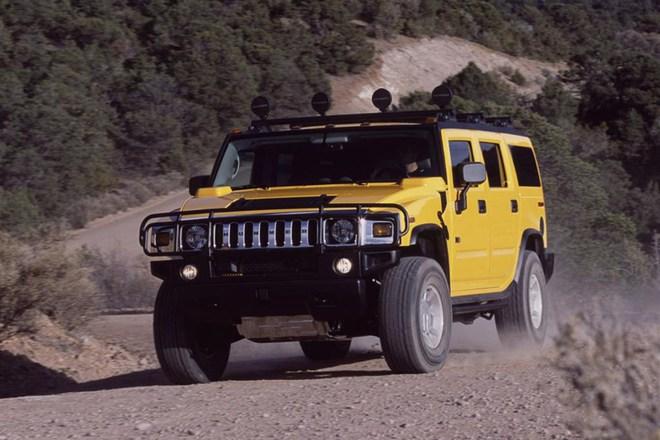Land Cruiser đối đầu Hummer H2: Trận kéo co đầy cơ bắp của những người khổng lồ - Ảnh 2.