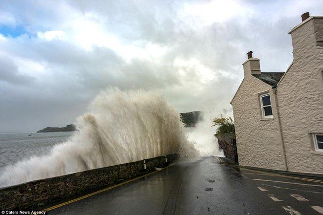 Siêu bão Ophelia xuất hiện, kích hoạt hiện tượng dị thường bao trùm kín thị trấn ở Anh - Ảnh 2.