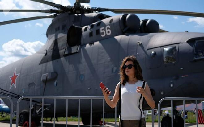 """Những quý cô đam mê vũ khí """"xâm chiếm"""" triển lãm quốc phòng thế giới - Ảnh 9."""