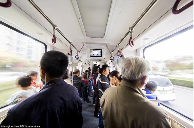 Sau tàu cao tốc nhanh nhất thế giới, Trung Quốc ra mắt tàu thông minh chạy đường ray ảo - Ảnh 6.