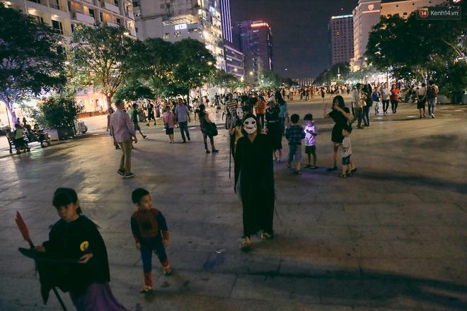 Đầu tư mùa Halloween, nhiều bạn trẻ Sài Gòn hóa trang rùng rợn trêu đùa trẻ em ở phố đi bộ Nguyễn Huệ - Ảnh 1.