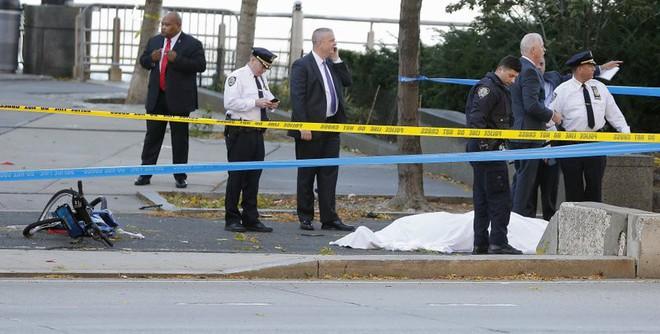New York: Khủng bố gần địa điểm vụ 11/9, 8 người thiệt mạng, thủ phạm hét Allahu Akbar - Ảnh 2.