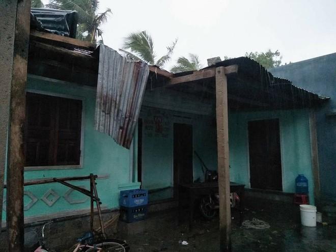Phú Yên: Từ nhỏ tới giờ mới thấy bão gió lớn thế này, bão rít từng hồi, mái tôn đập rầm rầm - Ảnh 2.