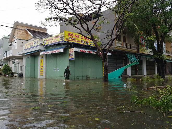 Phú Yên: Từ nhỏ tới giờ mới thấy bão gió lớn thế này, bão rít từng hồi, mái tôn đập rầm rầm - Ảnh 5.