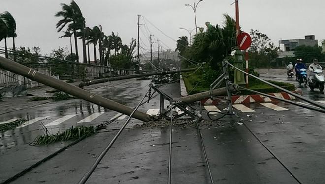 Phú Yên: Từ nhỏ tới giờ mới thấy bão gió lớn thế này, bão rít từng hồi, mái tôn đập rầm rầm - Ảnh 1.