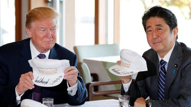 Tuyên bố Mỹ thống trị trời, biển, đất, không gian và thông điệp trên mũ 2 ông Trump-Abe - Ảnh 1.