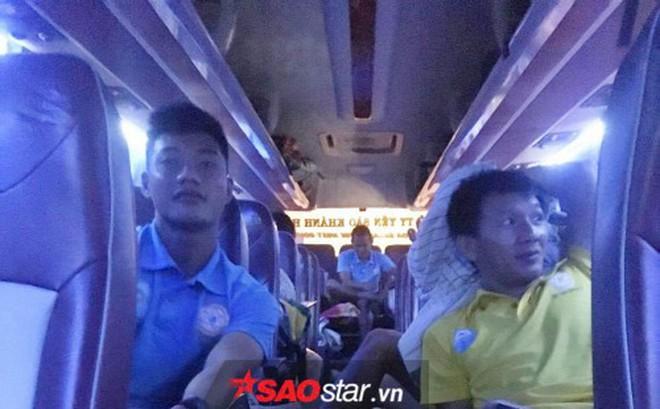 Nửa đêm, cầu thủ Việt vượt 600 km về nhà chống bão