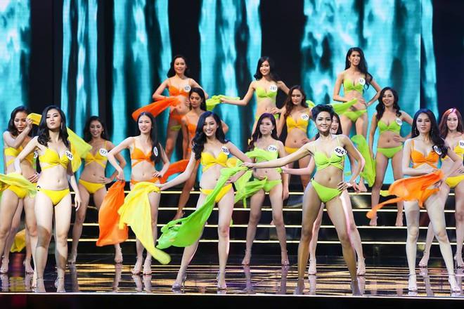 Clip: MC Anh Tuấn đại diện BTC Hoa hậu Hoàn vũ Việt Nam gửi lời chia sẻ tới người dân chịu thiệt hại do bão Damrey trong đêm Bán kết - Ảnh 1.