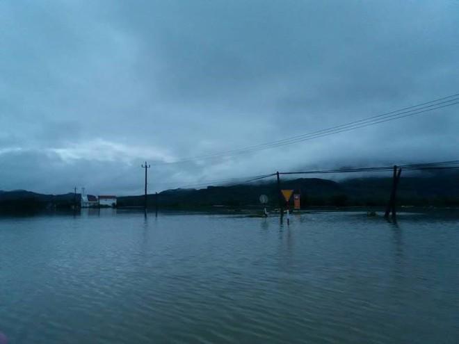Nước lên nhanh, rốn lũ Nông Sơn vẫn đang bị cô lập - Ảnh 3.
