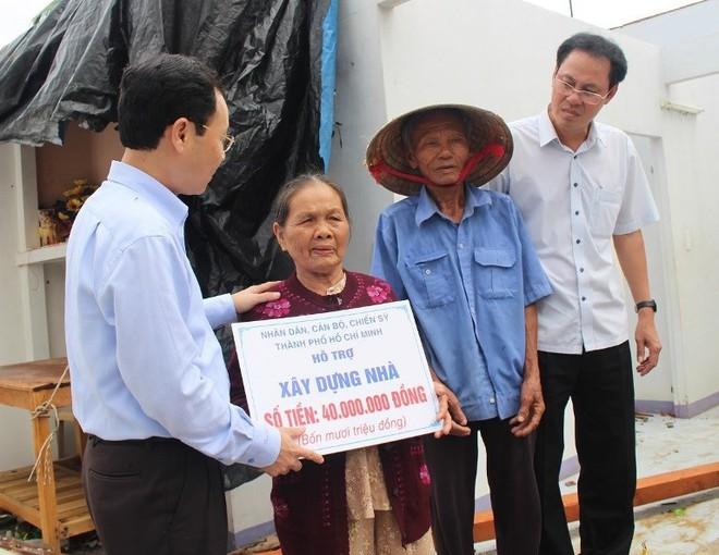 Đoàn công tác Thành ủy TP.HCM đến Quảng Nam cứu trợ - Ảnh 1.