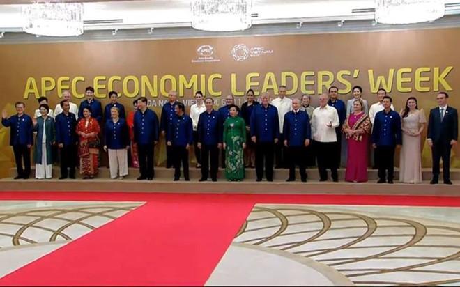 Áo tơ tằm Tổng thống Trump và lãnh đạo APEC mặc dự tiệc có gì đặc biệt - Ảnh 1.