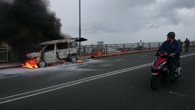 Đà Nẵng: Cháy ô tô trên cầu Thuận Phước, cột khói bốc cao hàng chục mét - Ảnh 2.