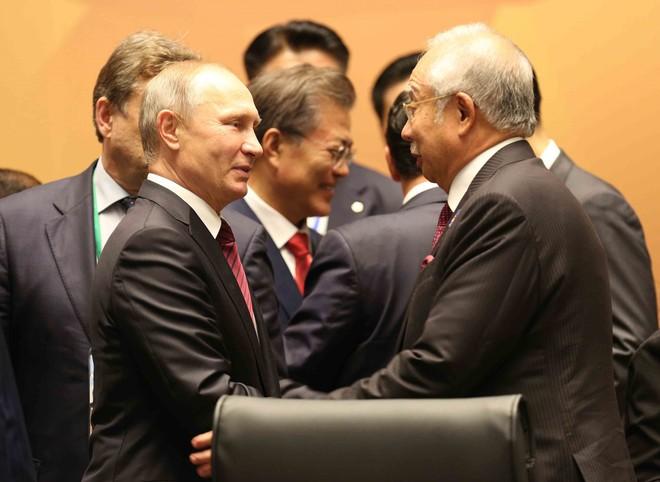 Cảm động: Tổng thống Putin ôm tạm biệt Chủ tịch Trần Đại Quang, rời Đà Nẵng - Ảnh 1.