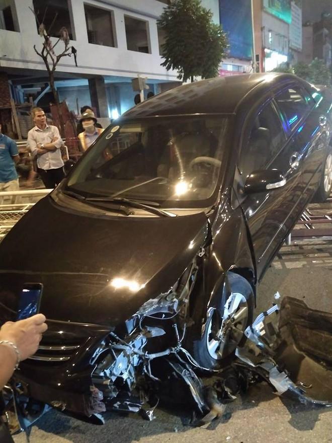 Hà Nội: Xe hơi mất lái húc bay rào chắn tàu hỏa ngã 4 Trường Chinh - Giải Phóng - Ảnh 2.