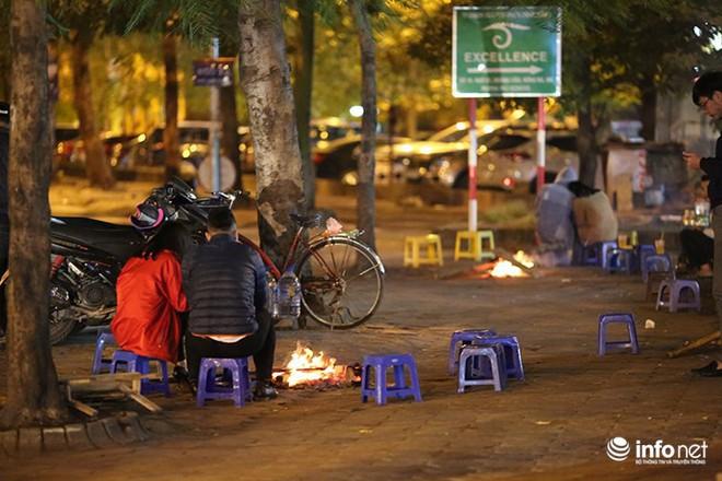Nhiệt độ 11 độ C, người Hà Nội nổi lửa trên phố - Ảnh 1.