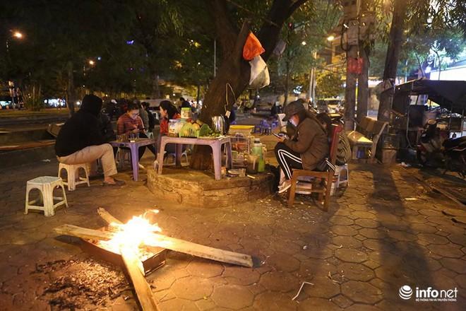 Nhiệt độ 11 độ C, người Hà Nội nổi lửa trên phố - Ảnh 2.