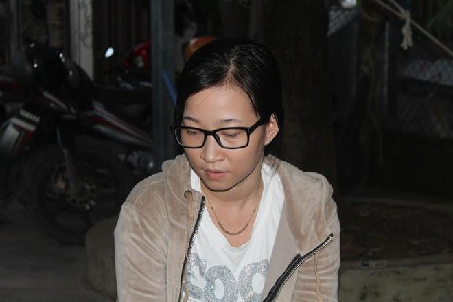 Bé gái nghi bị dí thanh sắt vào mặt: Cả bà nội, bố đẻ và mẹ kế đều nói bé tự té vào bếp - Ảnh 1.