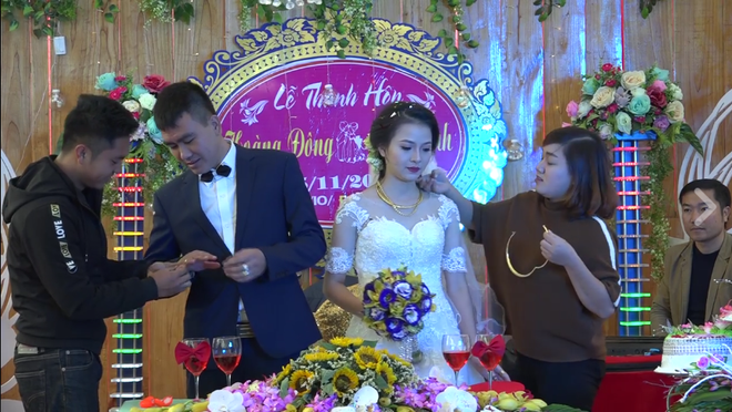Cặp đôi được tặng nhiều vàng trong ngày cưới đến nỗi đủ mở cả tiệm trang sức - Ảnh 2.