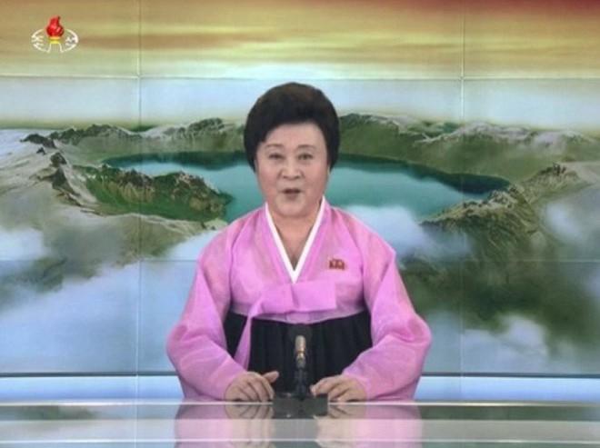 Ảnh: Dân Triều Tiên mừng rỡ xem thông báo thử tên lửa thành công - Ảnh 1.