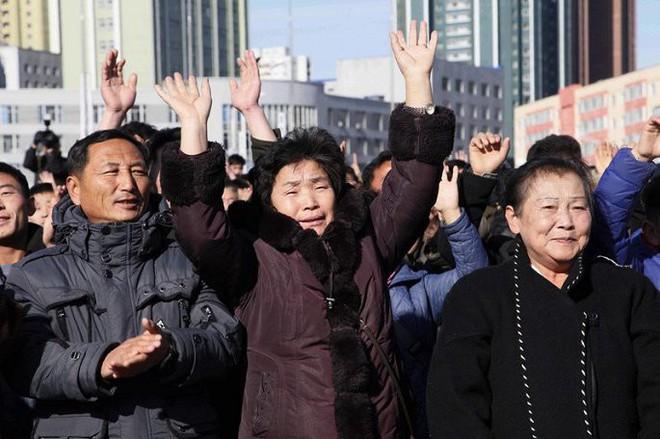 Ảnh: Dân Triều Tiên mừng rỡ xem thông báo thử tên lửa thành công - Ảnh 2.