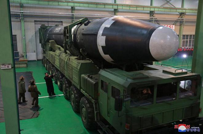 Chi tiết quá trình chuẩn bị phóng tên lửa có thể vươn đến Washington của Triều Tiên - Ảnh 2.