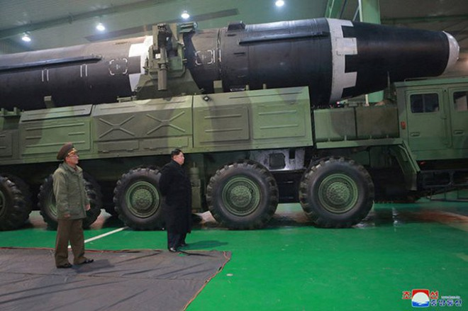 Ông Kim Jong-un cười tươi chỉ đạo phóng tên lửa có thể vươn đến Washington - Ảnh 1.