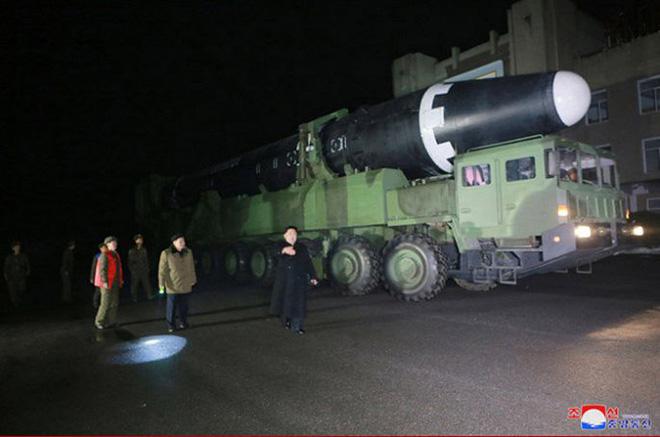 Ông Kim Jong-un cười tươi chỉ đạo phóng tên lửa có thể vươn đến Washington - Ảnh 2.