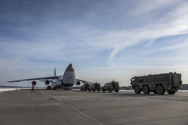 Người VN duy nhất 4 lần bay siêu vận tải cơ An-124 chuyển khí tài quân sự về nước - Ảnh 1.
