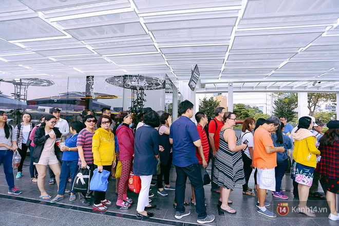Buýt đường sông ở Sài Gòn cháy vé sau 10 ngày miễn phí, người dân chờ 2 tiếng mới được lên tàu - Ảnh 2.