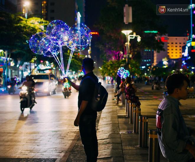 Bong bóng galaxy có gì hot mà ngập tràn phố đi bộ Nguyễn Huệ mùa Noel năm nay? - Ảnh 1.