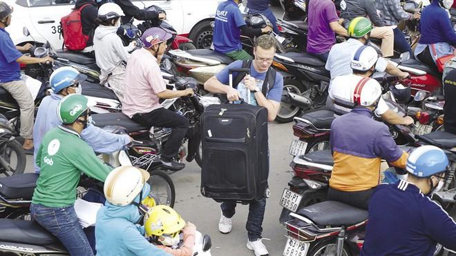 Giải quyết kẹt xe sân bay Tân Sơn Nhất bằng cách nào? - Ảnh 1.