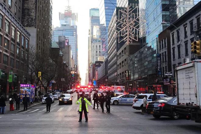 Khủng bố ở trung tâm New York: Nghi phạm bị bắt giữ, hàng trăm người thoát chết trong gang tấc - Ảnh 5.