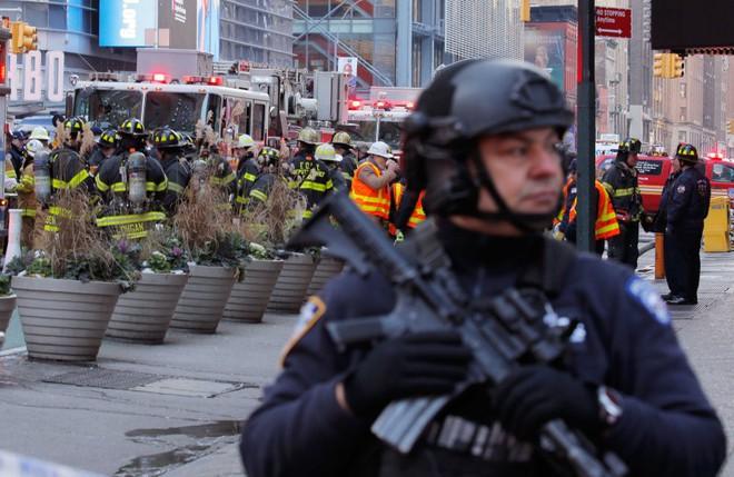 Khủng bố ở trung tâm New York: Nghi phạm bị bắt giữ, hàng trăm người thoát chết trong gang tấc - Ảnh 7.