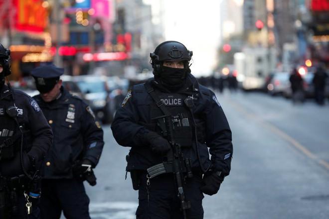 Khủng bố ở trung tâm New York: Nghi phạm bị bắt giữ, hàng trăm người thoát chết trong gang tấc - Ảnh 9.