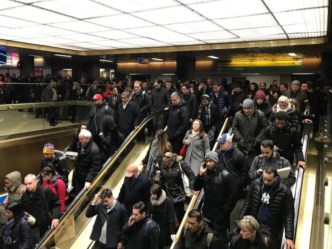 Khủng bố ở trung tâm New York: Nghi phạm bị bắt giữ, hàng trăm người thoát chết trong gang tấc - Ảnh 10.