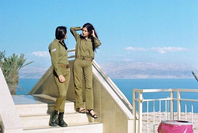 Vẻ đẹp đời thường đầy mê hoặc của các nữ quân nhân Israel - Ảnh 1.